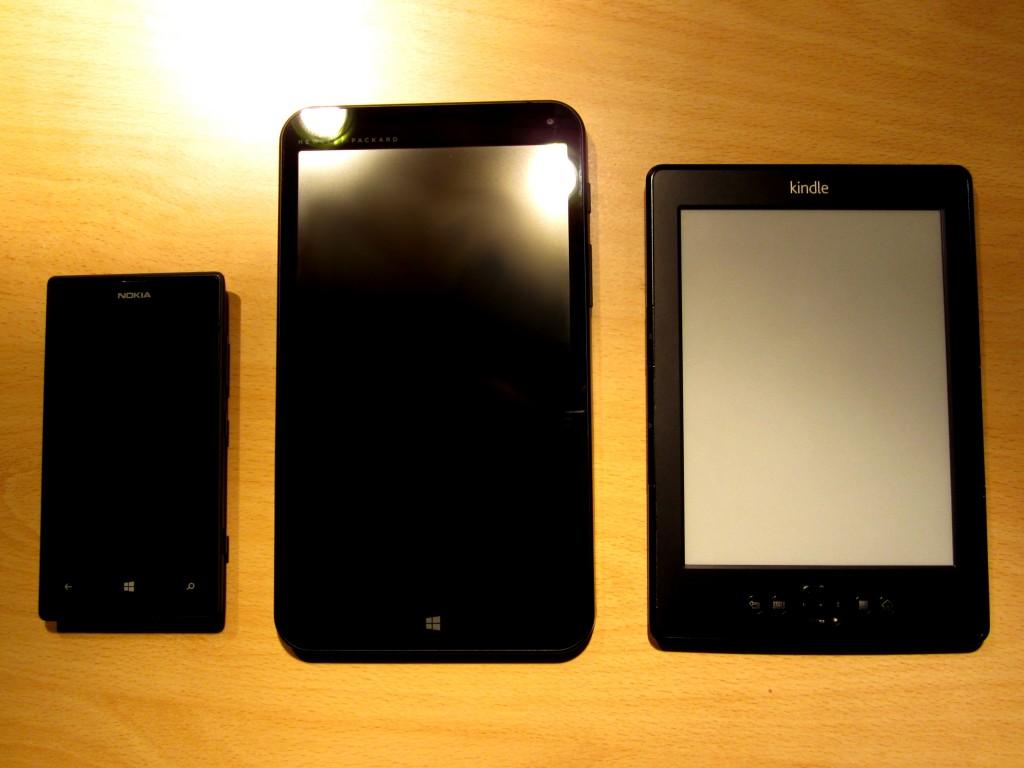 """À gauche : Nokia Lumia 520 Au centre : HP Stream 7"""" À droite : Kindle"""